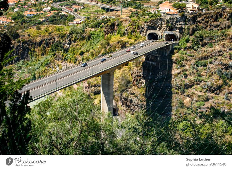 hohe Autobrücke mit Tunnel in den Bergen Madeira Portugal Brücke Autobahnbrücke Straße Verkehr Verkehrswege Farbfoto Autofahren Straßenverkehr PKW