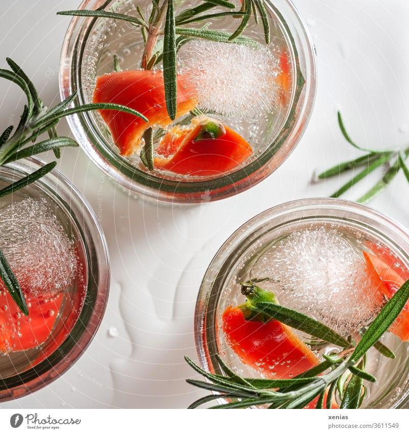 Drei Gläser pikant kaltes Erfrischungsgetränk mit roter Paprika, Rosmarin und Eiswürfel Getränk Detox drei Vitamine kühl xenias Trinkwasser Gesunde Ernährung
