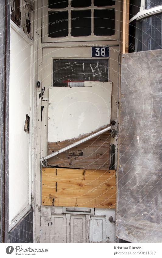 eingang - mit brettern verschlossen I alt tür laden geschäft schaufenster ladenlokal verlassen geschlossen zu verriegelt abgesperrt vernagelt zugenagelt