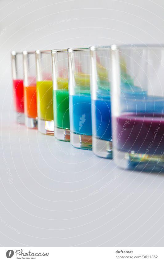 Bunte Gläser mit Regenbogen Farben Wasserfarbe malerei Farbverlauf farbenfroh Farbenspiel Farbenwelt farbenfroher Hintergrund farbenprächtig Farben und Lacke
