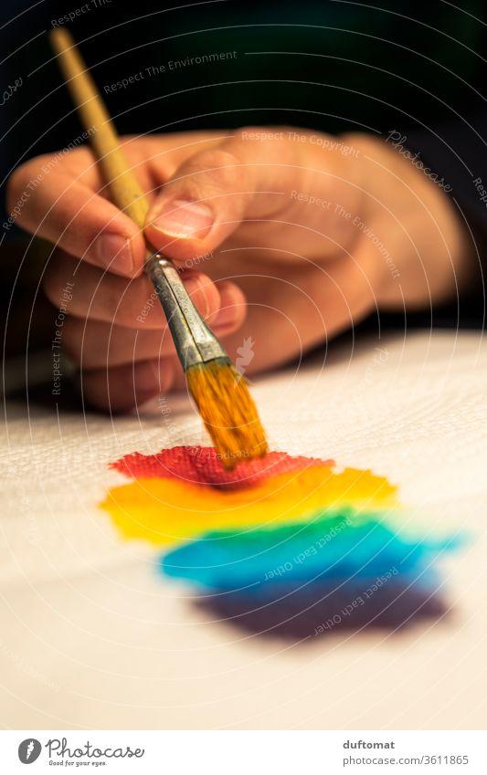 Künstler malt Regenbogen Farben Wasserfarbe malerei Farbverlauf farbenfroh Farbenspiel Farbenwelt farbenfroher Hintergrund künstlerisch farbenprächtig