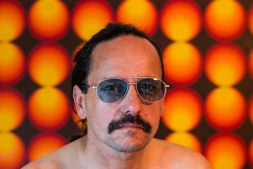 Pornobalken 70er Jahre retro Siebziger Jahre Muster Tapete Mann männlich Macho maskulin Pornostar Farbfoto Sonnenbrille Dekoration & Verzierung Oberlippenbart