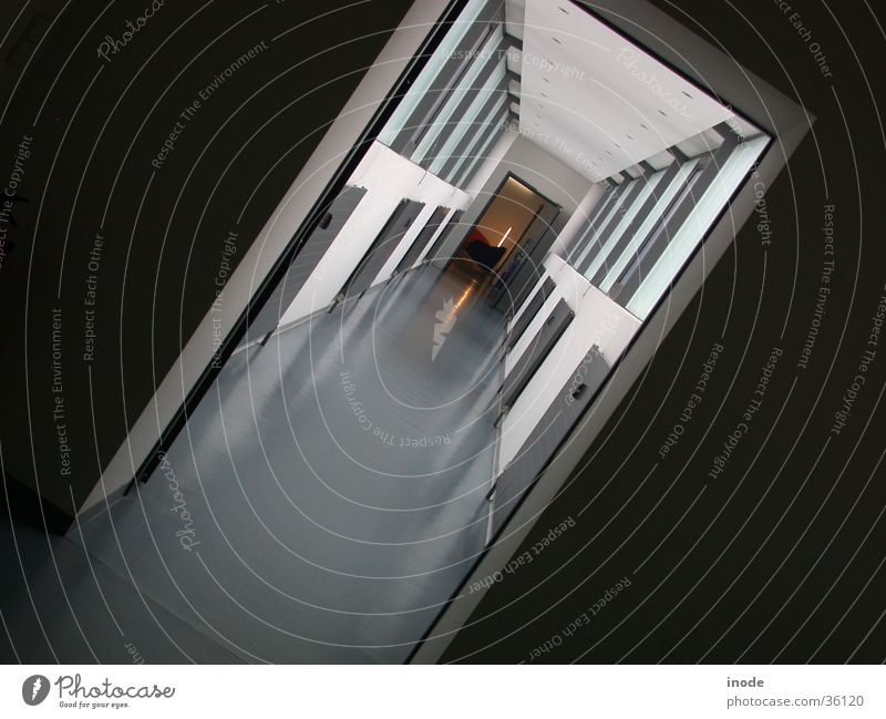 Way to Work - München Licht Fenster diagonal weiß schwarz Architektur Druchgang Schatten Perspektive
