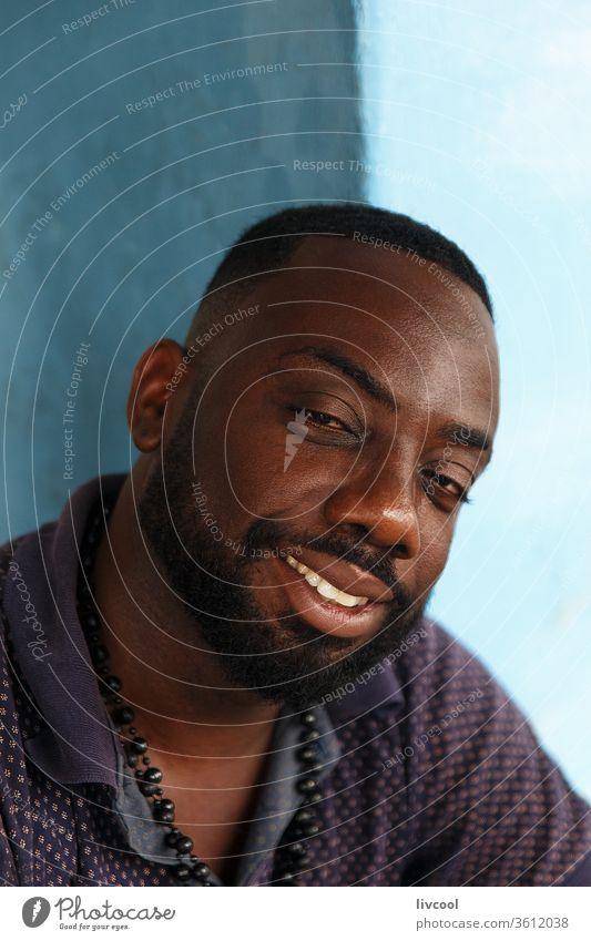 netter kubanischer mann aus cienfuegos, kuba Mann attraktiv Vollbart Lächeln Glück Kubaner Menschen Lifestyle menschlich blau Wand blaue Wand Cienfuegos Karibik