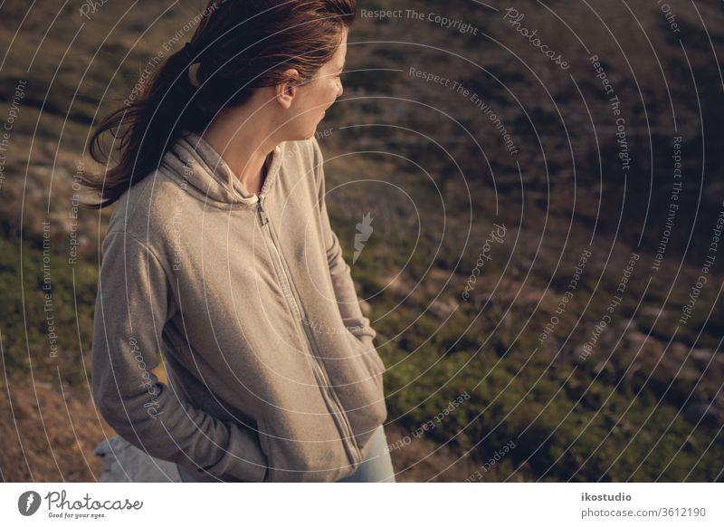 Die Natur genießen Frau Berge u. Gebirge reisen Landschaft sich[Akk] entspannen nachdenken ruhen Abenteuer Felsen Sonnenuntergang Kälte sitzen Mädchen