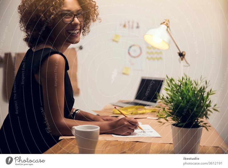 Modedesignerin Frau Stylist Skizze arbeiten zeichnen Designer Kleidung skizzierend Atelier Business Künstler Glück Afrikanisch Amerikaner Industrie Unternehmer