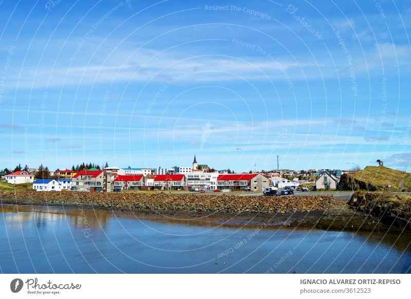 Dorfansicht von Borgarnes mit Spiegelung des Waer Fjords an einem sonnigen Tag, Island Wasser Natur Großstadt MEER Landschaft Schnee reisen Norden Haus kalt