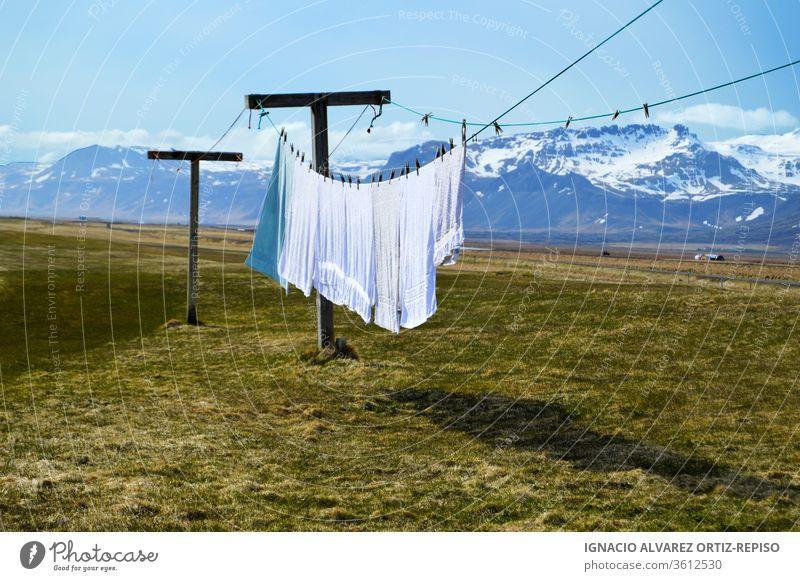 Hängende Wäsche und Handtücher im Freien mit tollem Hintergrund Wäscherei Sommer Tag trocknen Himmel Wind Kleidung Seil Wäscheleine Natur frisch Waschen