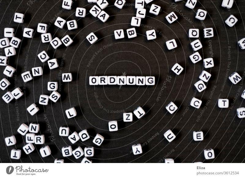 Das Wort Ordnung aus Buchstaben gelegt Konzept geschrieben Text aufräumen ordnungsliebend geordnet Typographie schwarz aufgeräumt sortiert strukturiert Regeln