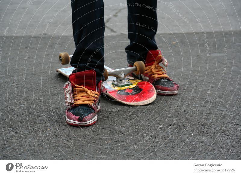 Skater Aktion aktiv Gleichgewicht Holzplatte Junge Kind Großstadt cool Kultur Übung extrem Mode Fuß Freestyle Spaß Grunge Jeanshose Bein Beine Lifestyle modern