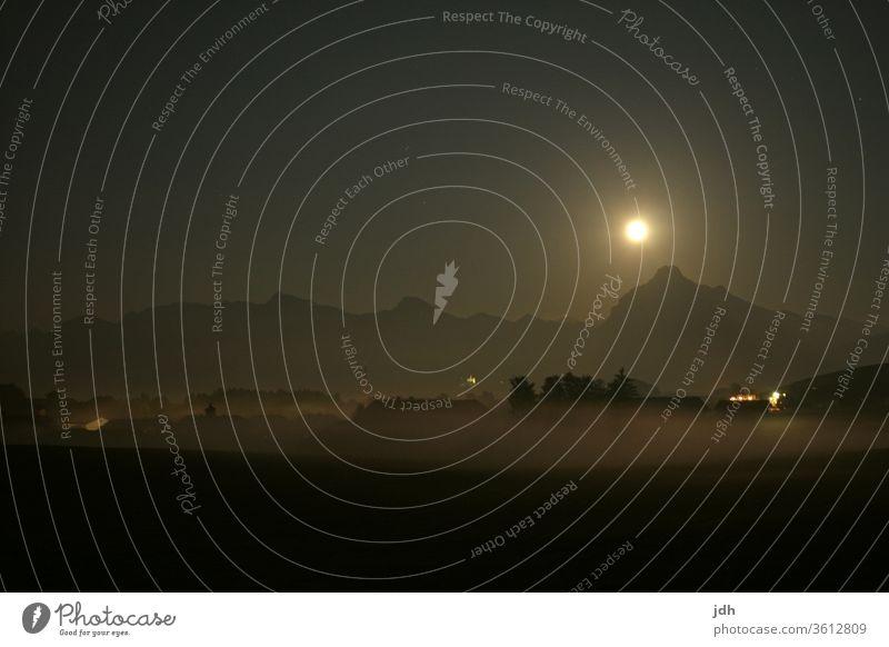 Vollmond über den Alpen Dorf Nacht Lichter Vollmondnacht Mondschein Stille Nebel Berge Bergkamm Siluette vollmondschein Berge u. Gebirge Außenaufnahme dunkel