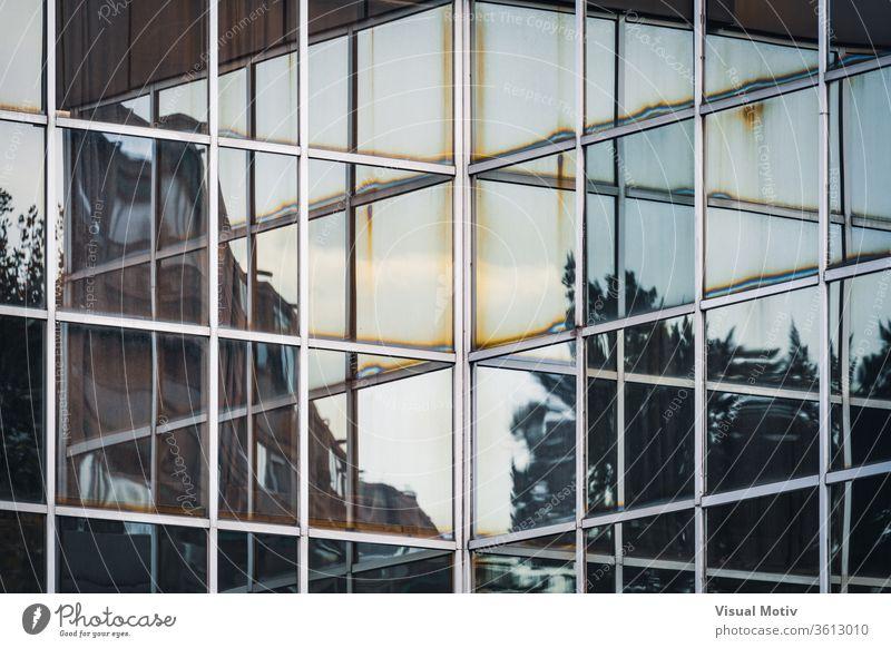 Reflexionen an der Ecke der Glasfassade eines Bürogebäudes Gebäude Reflexion & Spiegelung Eckstoß Fassade Abend Außenseite modern reflektierend Konstruktion