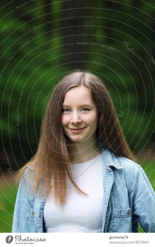 Porträt eines hübschen lächelnden Teenager Mädchens mit langen Haaren, im Park Schatten Licht Tag Außenaufnahme Farbfoto Pubertät Gefühle langhaarig Frühling