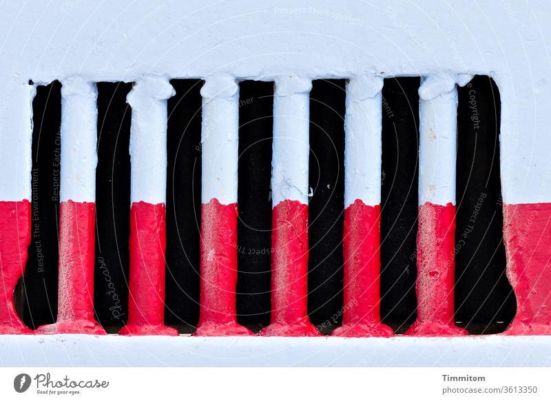 Farbkombination   Detail an Fischerboot Farbe rot blau Holz Metall Farbfoto mehrfarbig alt Menschenleer Außenaufnahme Lüftung