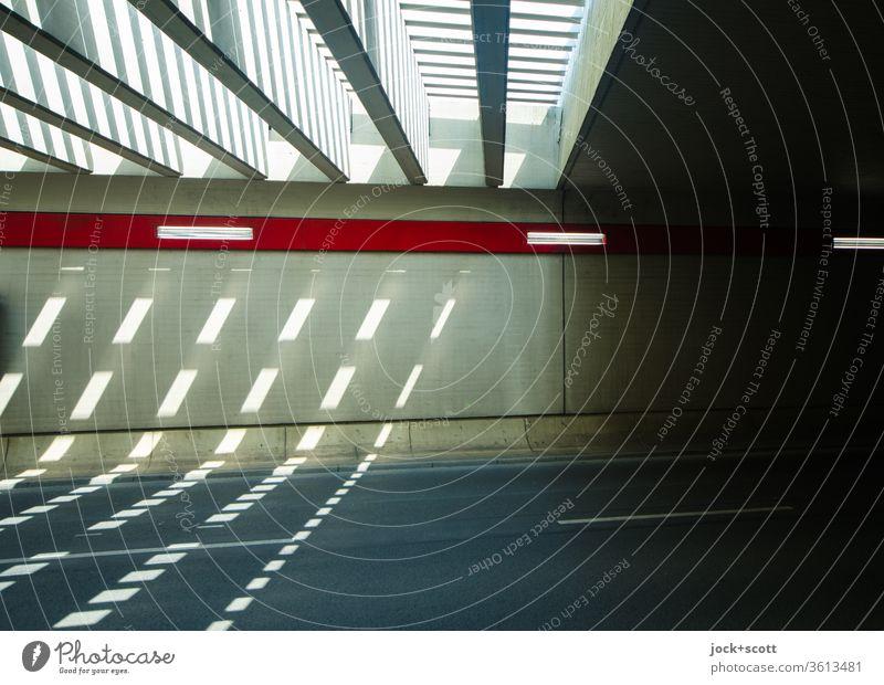 Einfall von Licht im Tunnel Architektur Betonwand Straße modern Symmetrie Verkehrswege Lichterscheinung Unterführung Sonnenlicht Lichteffekt Lichteinfall