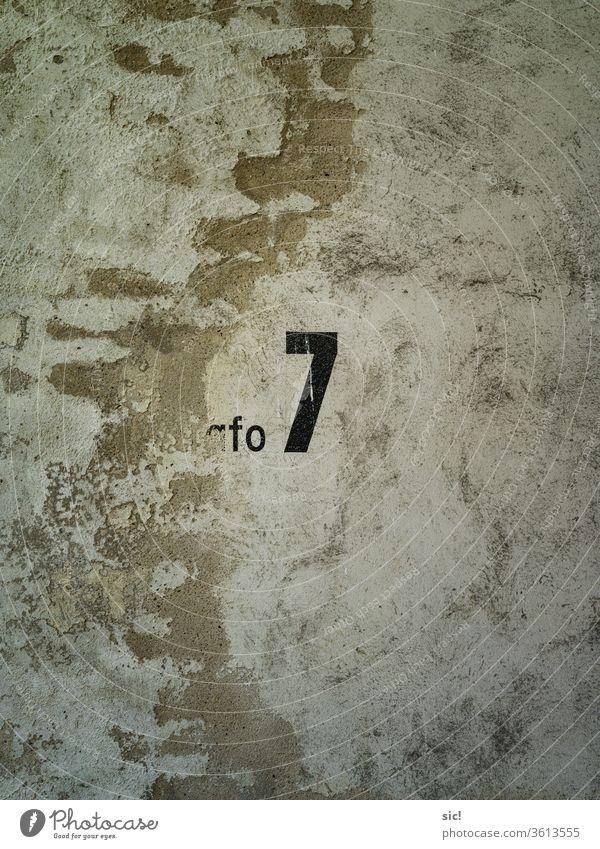 Wand mit der Zahl Sieben Mauer Farbfoto Zahlen Gelb Schwarz