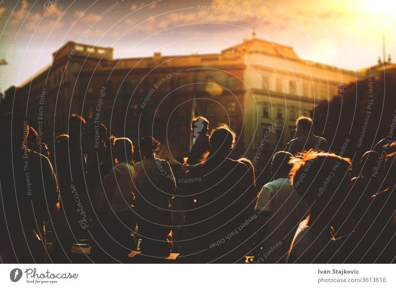 Straßenleben, silhouettierte Menschenmenge bei Sonnenuntergang in der Stadt Kollege Menschengruppe multiethnisch Beruf Arbeiter Anschluss Vereinigung Job Menge