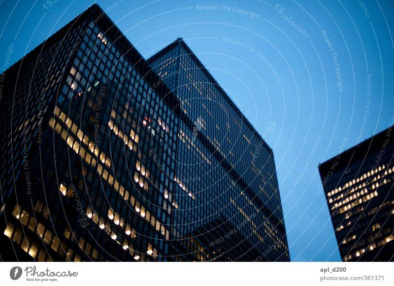 Nachtlicht blau Stadt Haus gelb dunkel Arbeit & Erwerbstätigkeit Kraft Hochhaus stehen ästhetisch Macht Stadtzentrum eckig Willensstärke Kanada Nordamerika