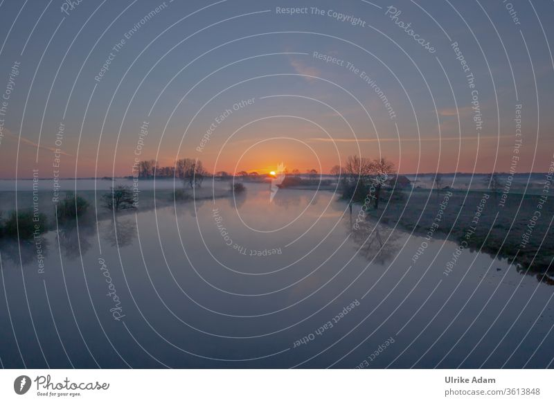 Sonnenaufgang im Teufelsmoor an der Hammerbrücke in Osterholz-Scharmbeck bei  Bremen Worpswede Fluss Nebel Sommer weite Natur Naturschutzgebiet romantisch