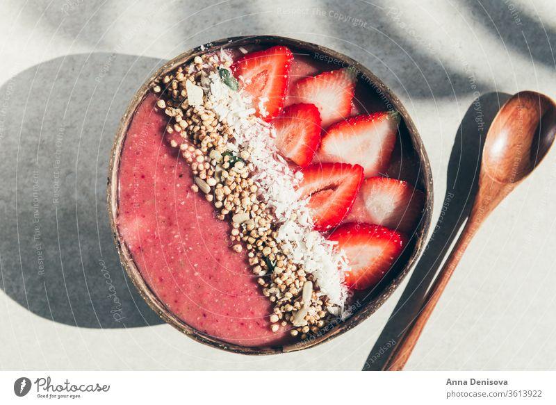 Erdbeer-Smoothie in Kokosnuss-Schale Gesundheit Schalen & Schüsseln Entzug Banane Erdbeeren Himbeeren Lebensmittel Veganer roh Müsli Frucht Frühstück organisch