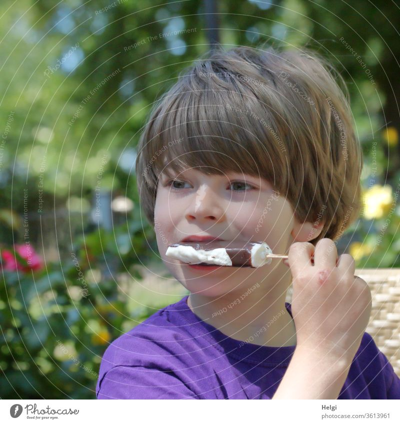 das schmeckt! - Porträt eines Kindes, das ein Eis am Stiel isst Junge Kindheit Gesicht Haare Hand halten festhalten essen Speiseeis Essen Lebensmittel Sommer