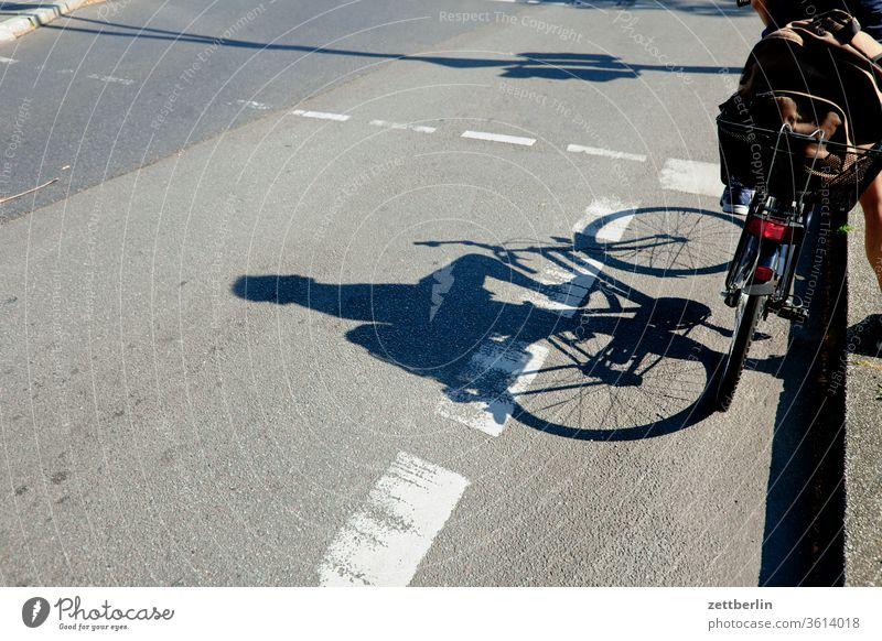 Fahrrad an der Ampel radfahrer ampel radweg stehen warten abbiegen asphalt autobahn ecke straßenverkehr fahrbahnmarkierung fahrrad fahrradweg hinweis kante