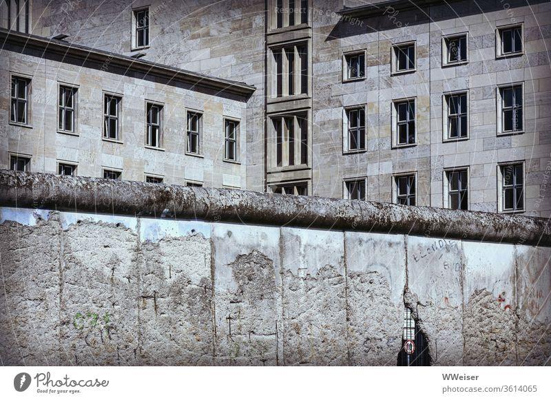 Berliner Mauer und Finanzministerium Bundesministerium Naziarchitektur Nazibau Loch Topographie des Terrors Fenster abweisend bedrohlich Geschichte Hauptstadt