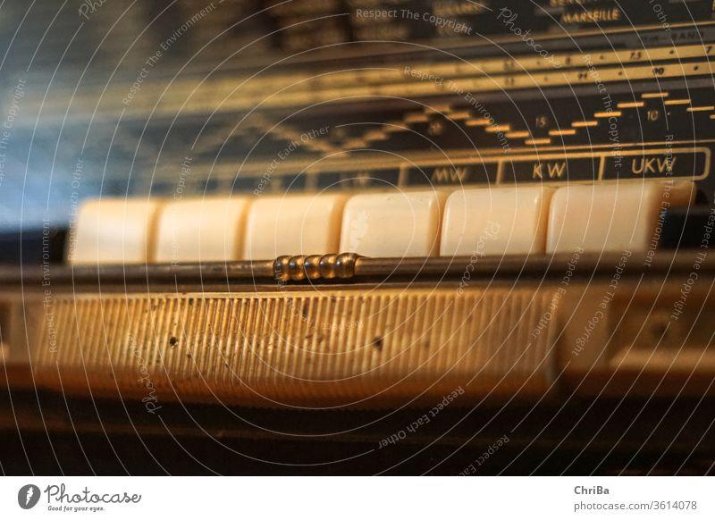 Altes Radio, Schalter im Detail Elektrisches Gerät Elektrizität Kabel Energiewirtschaft Technik & Technologie Radiogerät vintage Farbfoto Innenaufnahme