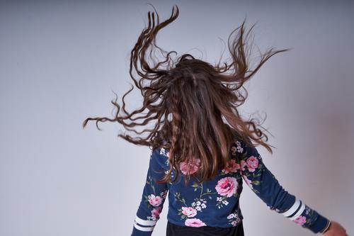 Haare fliegen herum Haare & Frisuren Kopf Mensch Kind Mädchen Rücken Kindheit Farbfoto Arme springen freuen aufgeregt hüpfen studio aufnahme verrückt