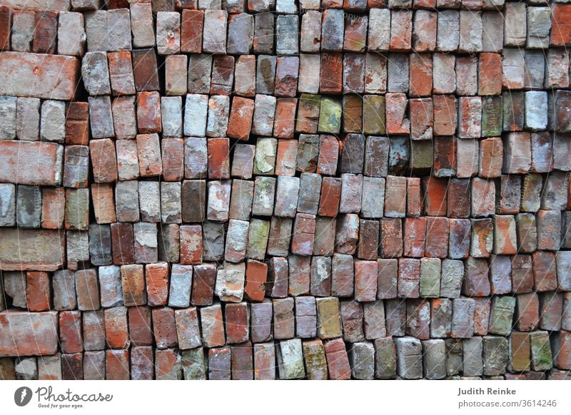 Ziegelsteine - gebrauchte, abgeputzte Ziegelsteine übereinander gestapelt für Bauernhaus-Restaurierung. Klinkersteine für norddeutsche Klinkerfassade