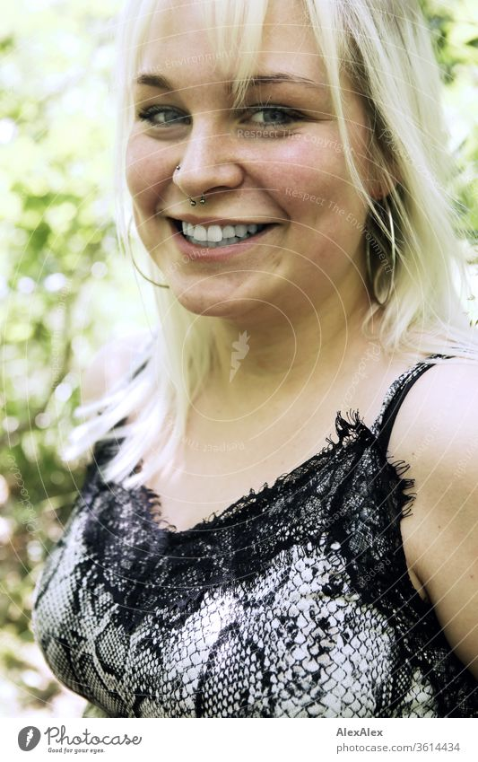 Portrait einer jungen blonden Frau in einem sonnigen Wald Mädchen junge Frau schön lächeln lange Haare blaue Augen 19 18-20 Jahre 15-20 Jahre alt fit ästhetisch