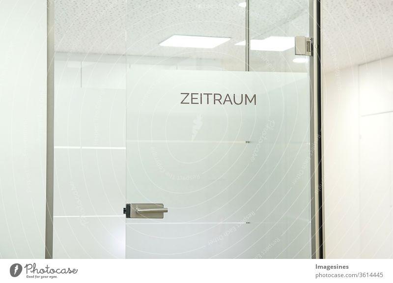 Zeit und Raum - Zeitraum Wartezimmer an einer Glastür in einer Arztpraxis, Arztzimmer wohnung architektur hintergrund hintergründe hell geschäftlich kopierraum