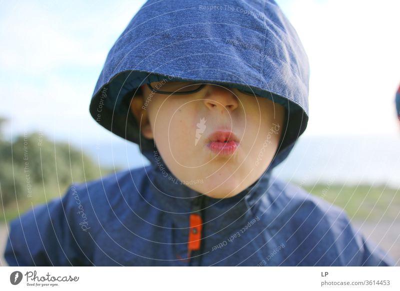 Kind mit einer Kapuze über den Augen Porträt Blick Gesicht Mensch Gesichtsausdruck Brille wütend blind Augenbinde Aggression kämpfen Grimasse Lippen rebellisch