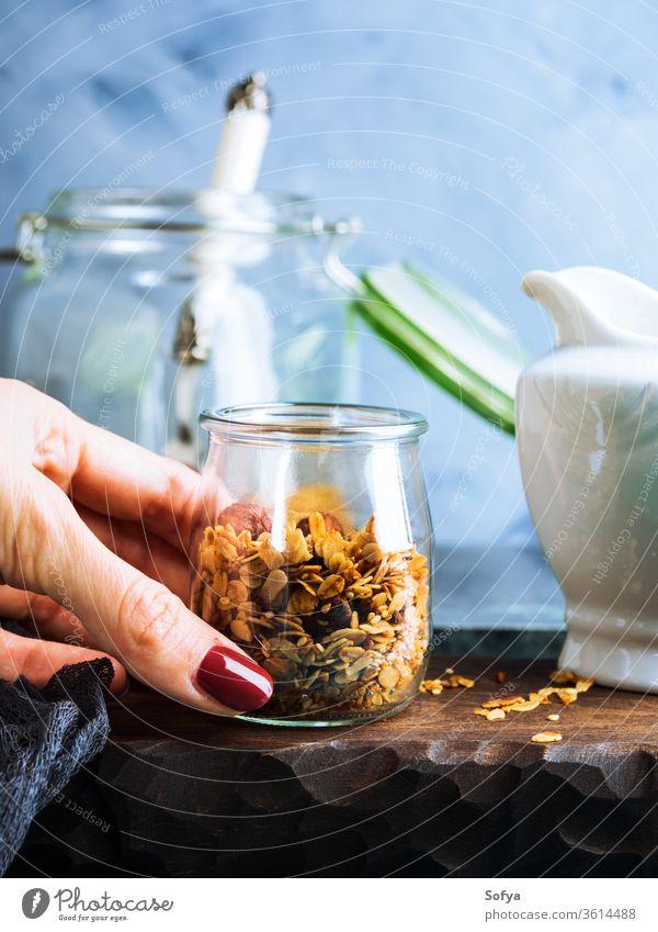 Hausgemachtes Müsli mit Honig und Kastanien selbstgemacht Frühstück Diät Lebensmittel Gesundheit Glas Hintergrund Snack blau natürlich Ernährung organisch Korn
