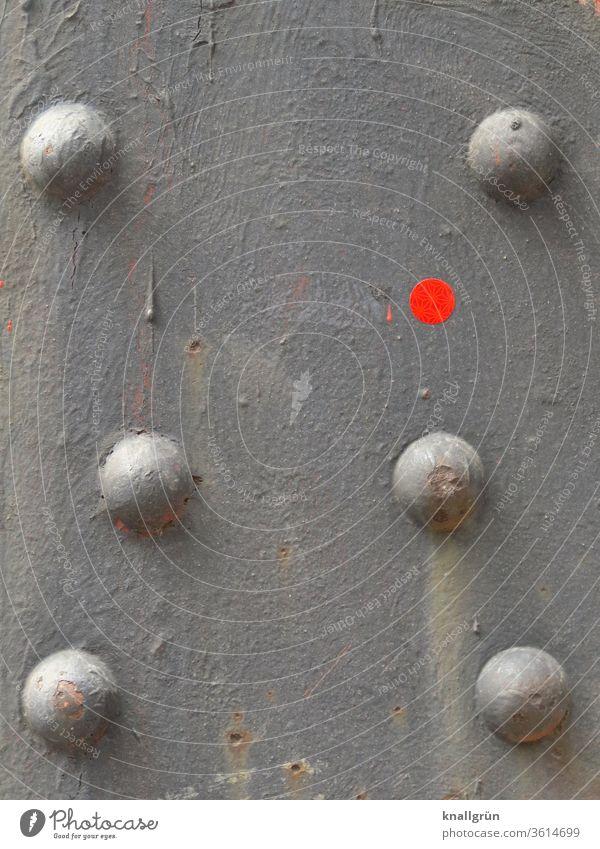 Detailaufnahme eines Stahlträgers mit sechs Nieten und einem roten Punkt abstrakt Metall rund grau signalrot schmutzig dreckig Muster Strukturen & Formen