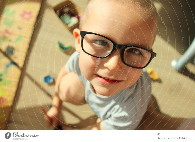 kleines Kind mit Brille zeichnen Zeichnung Farben Gemälde Kunst Künstler musisch künstlerische Bedürfnisse Künstlerleben talentiert Talent Geschenkverpackung