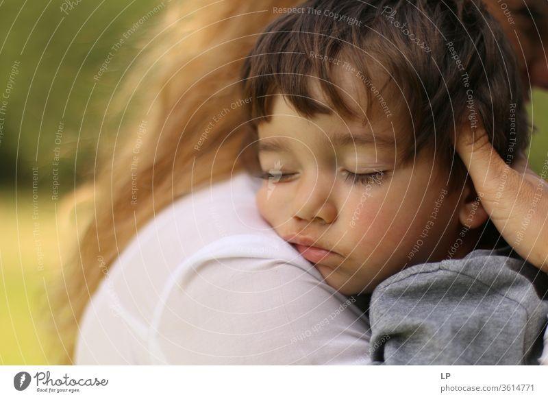Baby schläft in den Armen der Mütter schlafen Schlafplatz Sicherheit Geborgenheit ruhen Erholung träumen Kind Kindheit echte Menschen Umarmung