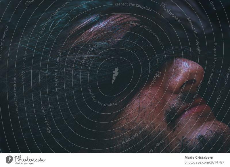 Konzeptionelles Foto eines Mannes mit verbundenen Augen und menschlichem Haar, das das Konzept des Kampfes, psychische Krankheiten und deren soziale Stigmatisierung zeigt