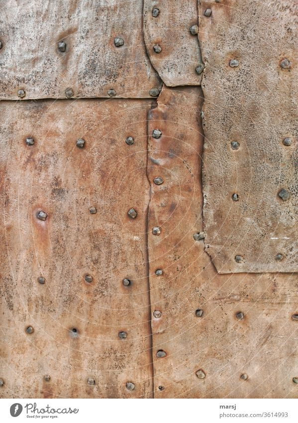 Alt | Flickwerk mit Handgenietetem, rostigem Blech Nieten Eisen Rost rostiges Metall überlappen Überlappung Schutz Hintergrundbilder Patina Oxidation alt