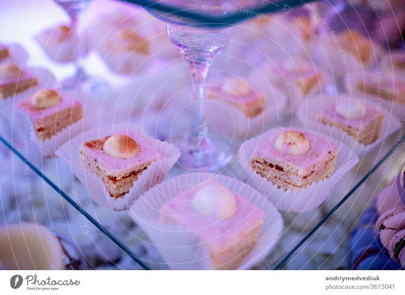 Schokoriegel zur Hochzeitszeremonie mit vielen verschiedenen Muffins, modernen Desserts, Mousses und Gelees. ausgewählter Schwerpunkt Kuchen wüst Teller Cupcake