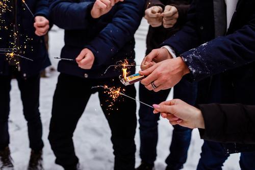 Menschen verbrennen bengalische Lichter. Wunderkerzen-Hintergrund. Weihnachts- und Neujahrsfeiertage mit Wunderkerzen im Hintergrund. Bengalen Beteiligung neu