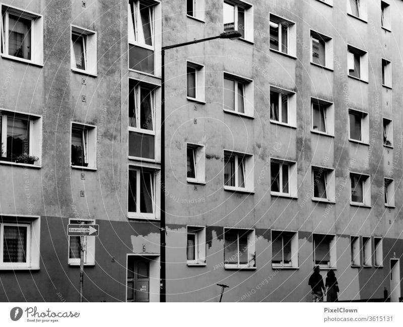 trostloser Wohntrakt in einer Stadt Wohnblock trist Architektur Bauwerk Fassade Fenster grau urban wohnen Großstadt