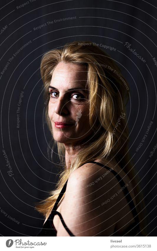 Porträt einer Frau in ihrer Reife Menschen eine Person Erwachsensein Lifestyle Schönheit blond reales Leben echte Menschen dunkel Schatten heimwärts