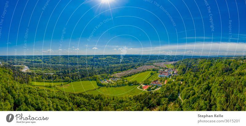 Die Ansicht des Klosters Hohenschaeftlarn, Bayern, Deutschland Frühling Antenne panoramisch alt Fluss Landschaft M Tourismus Turm reisen Panorama Wahrzeichen