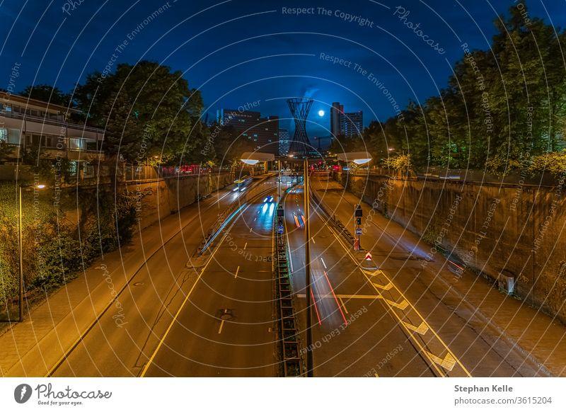 Moderne Architektur. Eine Nacht in München mit fahrenden Autos und Lichtspuren im Zentrum der bayerischen Landeshauptstadt am Effnerplatz. PKW Laufwerk abstrakt