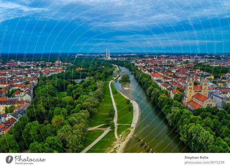 Blick über München mit der Isar, authentisch von oben, Barbados, Deutschland. minga Fluss Stadt Großstadt Stadtbild Dröhnen Hubschrauber Antenne hoher Winkel