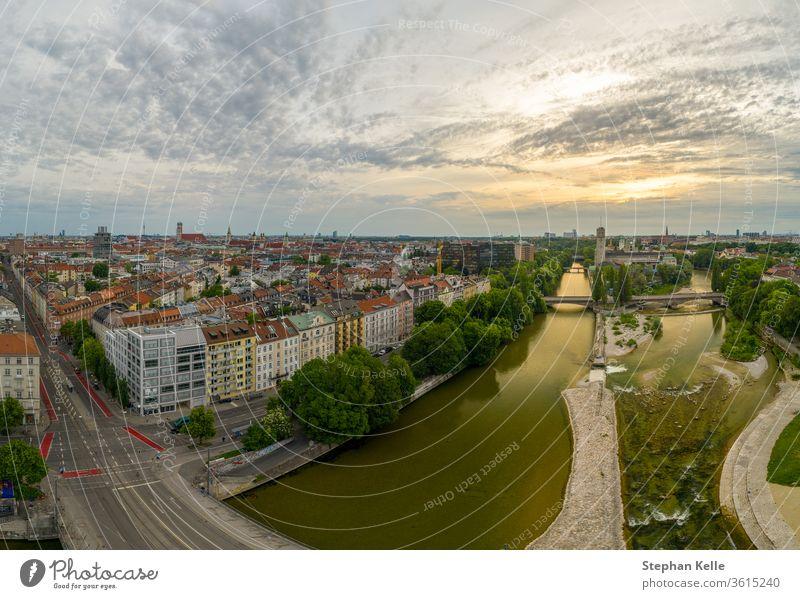 Münchner Blick aus einer Drohne bei Sonnenaufgang mit der Isar und einigen beliebten Sehenswürdigkeiten Ansicht minga Antenne Hubschrauber Dröhnen München