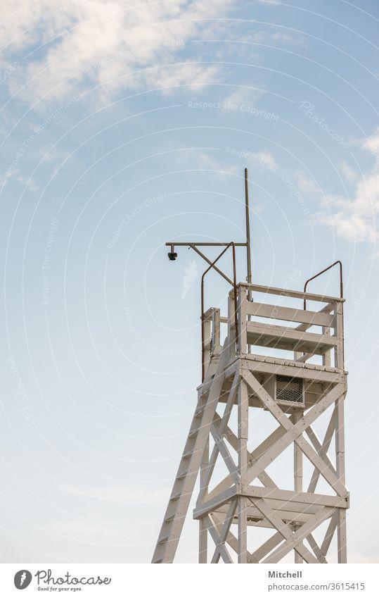 Rettungsschwimmerturm mit strahlend blauem Himmel Rettungsschwimmturm Strand Meer Küste Außenaufnahme Turm Tag Sonnenuntergang Ferien & Urlaub & Reisen Sand