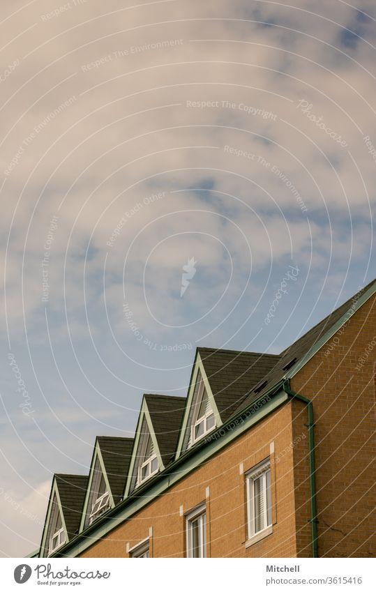 Gipfel der Wohngebiete wohnbedingt Haus Appartement Vermietung Gebäude Architektur Wohnhaus verweilen Stadt Himmel blau Wolken minimalistisch Minimalismus leer