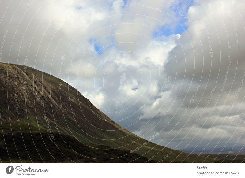 schottische Ruhe und Einsamkeit Schottland Hügel Himmel Stille Berg nordisch Wolken Sommer in Schottland Schottisches Wetter Tal karg Wolkenhimmel